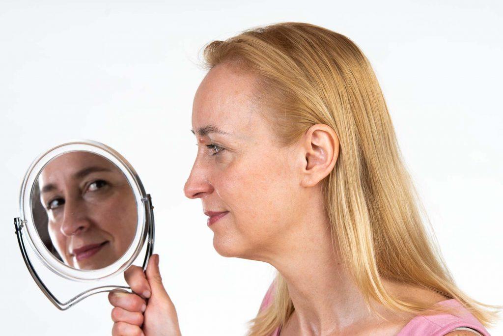 Face Yoga: Sich im Spiegel betrachten