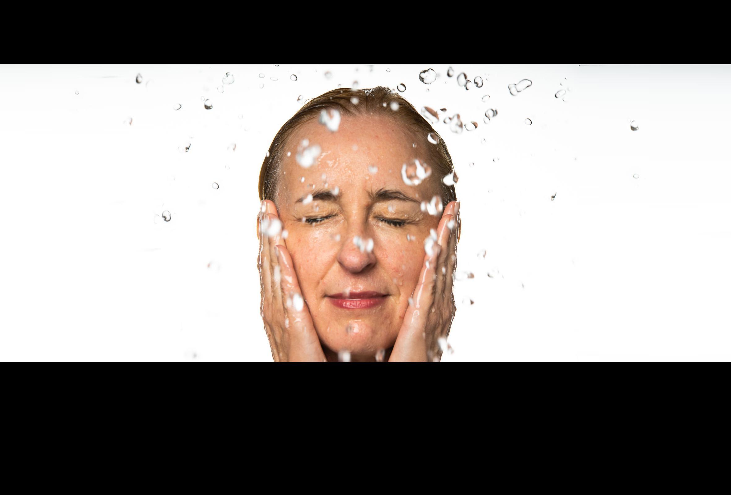 Face Yoga: Spritzwasser ins Gesicht zur Reinigung der Haut